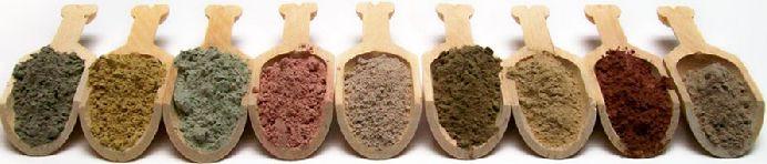 Глина бывает разных цветов: черная, серая, коричневая, красная, желтая, белая, голубая, зеленая.