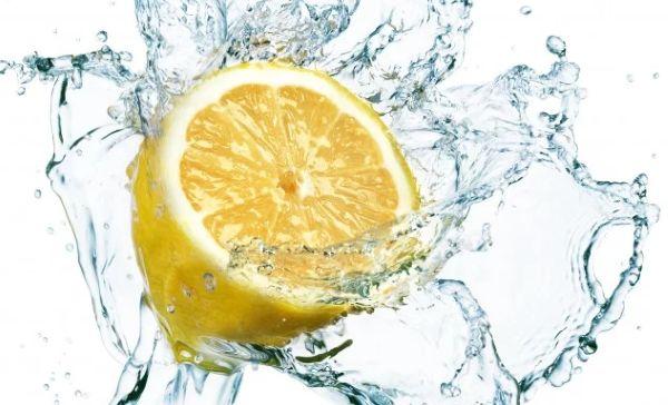 выпейте большой стакан воды с натуральным соком или половинкой выжатого лимона