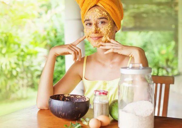 Косметические маски для омоложения лица могут быть приготовлены из вполне доступных компонентов.